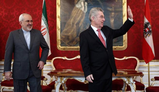 Austrian President Fischer waves as he receives Iranian Foreign Minister Salehi in his office in Vienna
